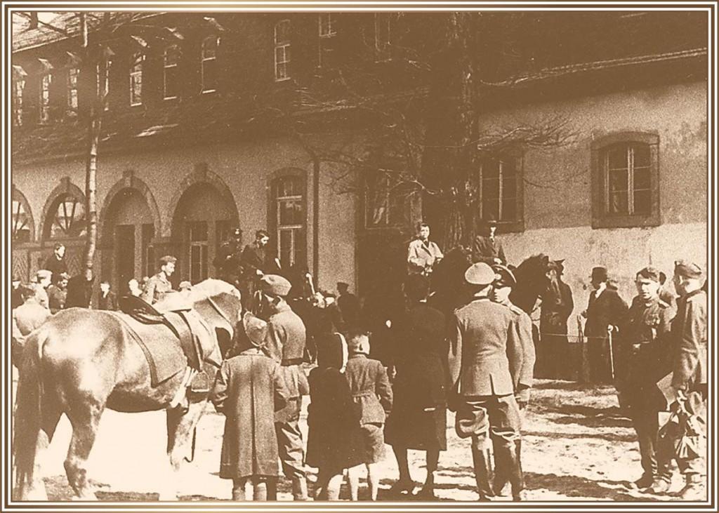 1937 Im Innenhof
